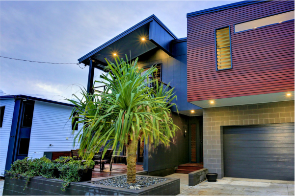 Modern_residence_at_Hervey_Bay_featuring_Charcoal_coloured_masonry_that_complements_the_rich_timber_feature_wall