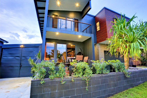 Coloured_block_used_as_a_garden_bed_and_feature_walls_at_a_modern_home_in_Hervey_Bay