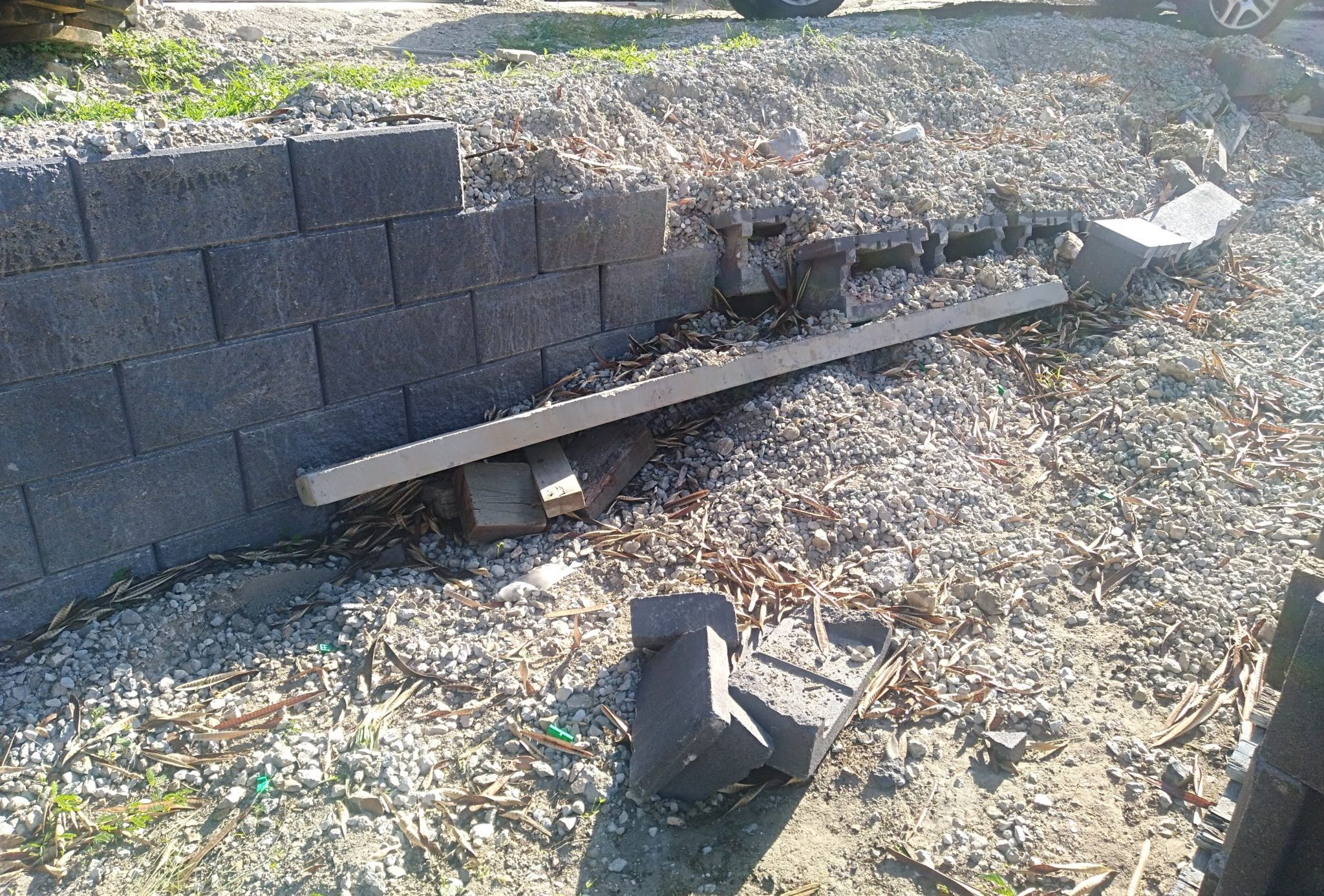 Collapsed_retaining_wall_with_incorrect_drainage