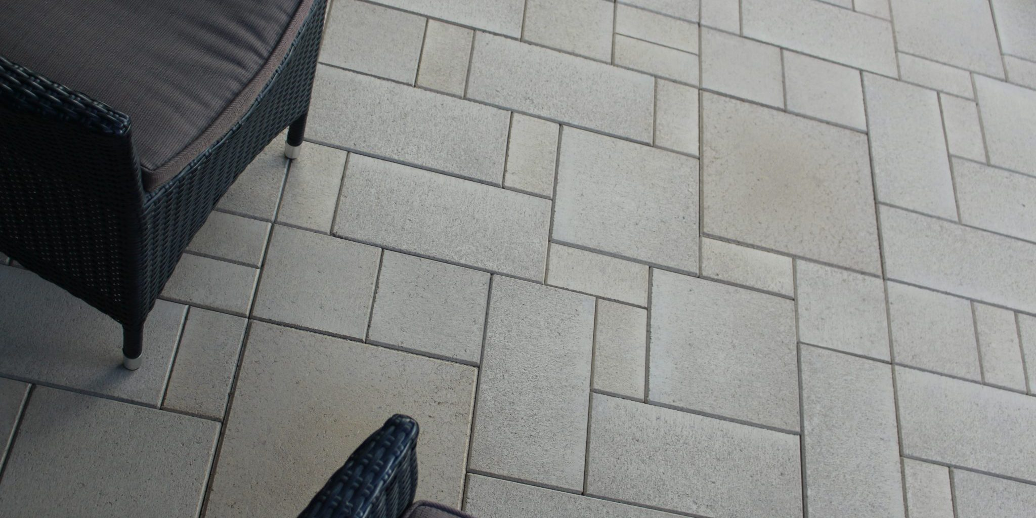 Outdoor_living_area_with_a_unique_paving_design_that_combines_each_of_the_pavers_from_Apex_Masonry's_paving_range